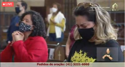 Fiéis com máscara durante a Missa