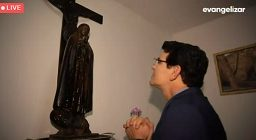 Padre Reginaldo com a imagem de Nossa Senhora do Mel
